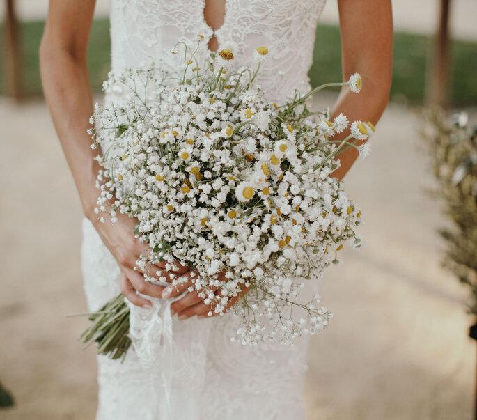 Manos de una novia sosteniendo el ramo