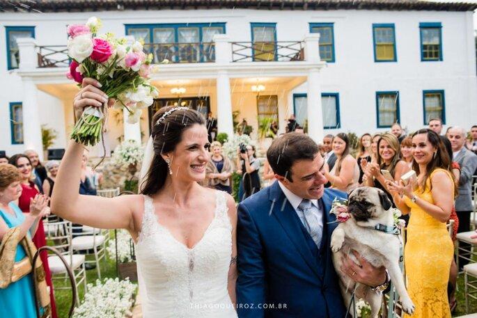 Noivos saem de casamento com cachorro