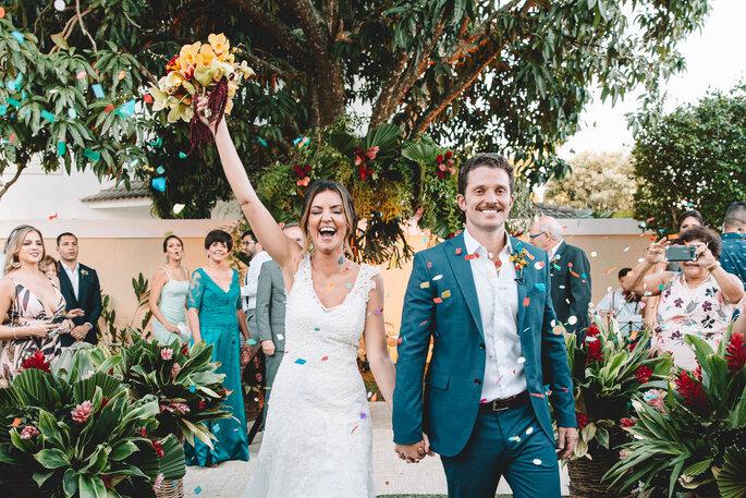 Saída dos noivos após a cerimônia
