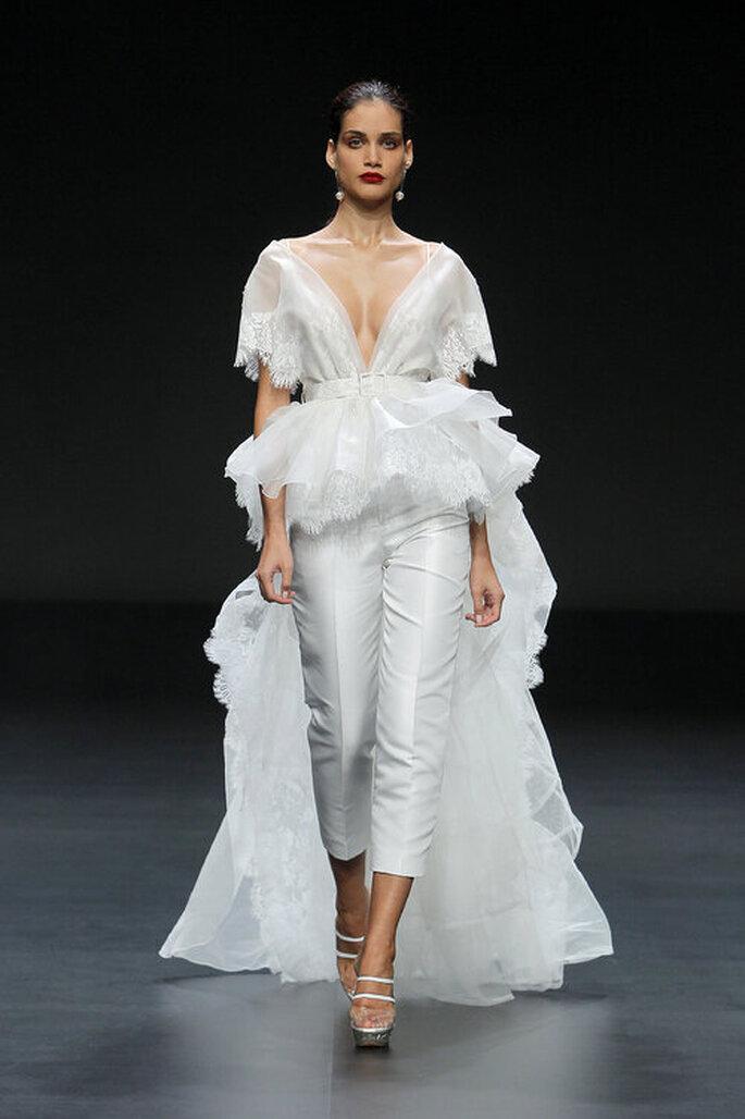 Traje de novia de dos piezas con falsa cola y pantalón corto