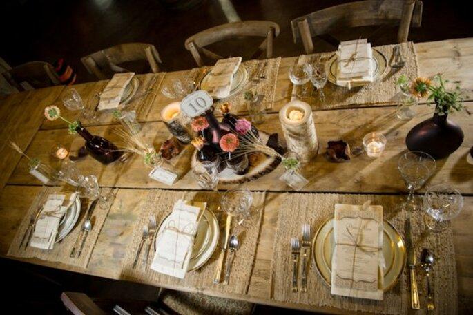 Decoración de boda con botellas de vino y cerveza avejentadas - Foto Amber French Photography