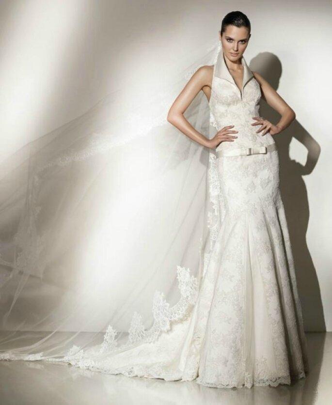 Vestido de novia corte sirena, cinturón de talle bajo, escote halter. Pepe Botella
