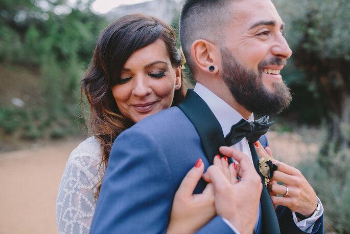 Noiva abraçando noivo com unhas pintadas de vermelho