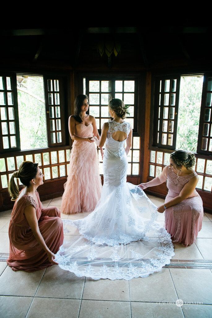 Madrinhas auxiliam noiva em preparação final para casamento