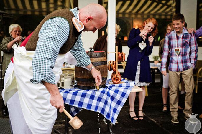 O´zapft is - Bräutigam Brian beim Fass-Anschlag - Foto: Martina Rinke