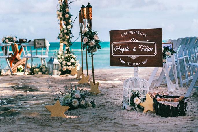 Decoración de boda en la playa con elementos marinos