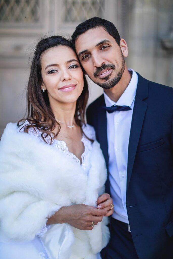 Deux mariés posent côte à côte