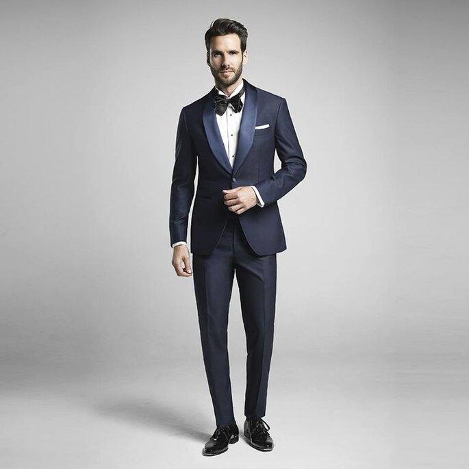 ATELIER MESURE - un joli costume de marié bleu marine porté élégamment