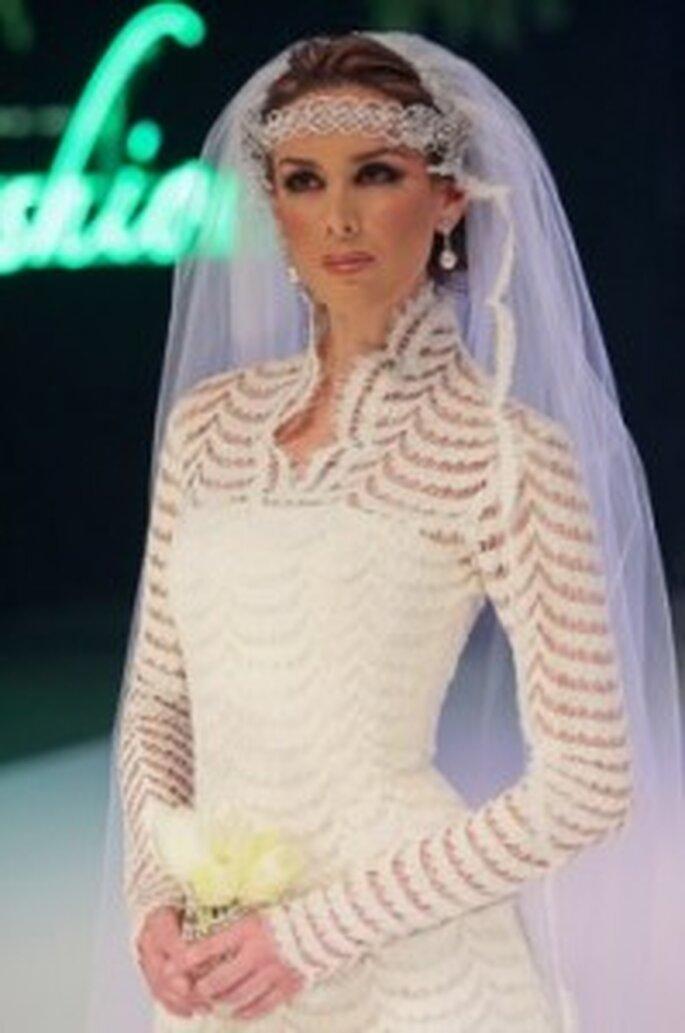 Jacqueline Bracamontes desfilando con un vestido de novia de Nicolás Felizola