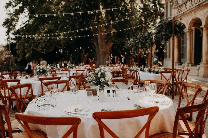Réception de mariage en extérieur à la décoration style guinguette