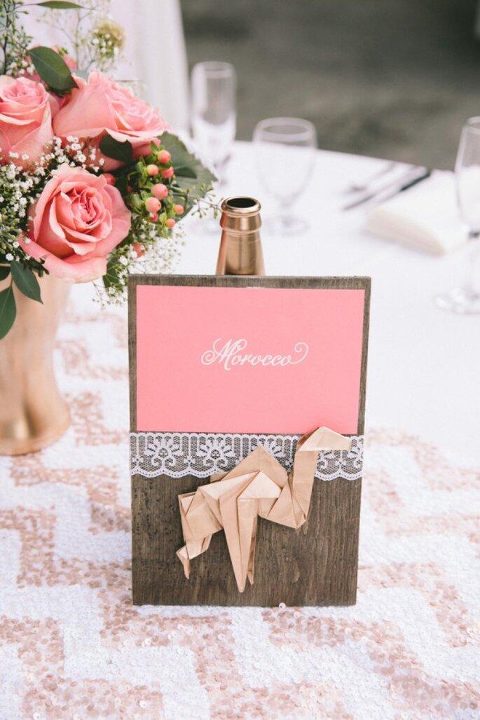 Binden Sie Ihre erlebten Reisen in die Hochzeitstischdekoration mit ein - Foto Onelove Photography