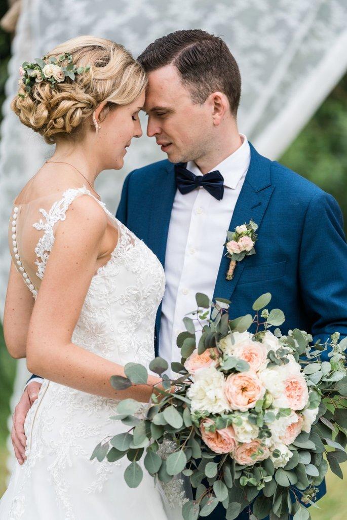 sich ansehendes Brautpaar