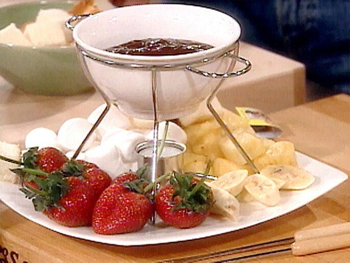 Fondue de chocolate con frutas y malvaviscos - Foto: TheFoodNetwork.com