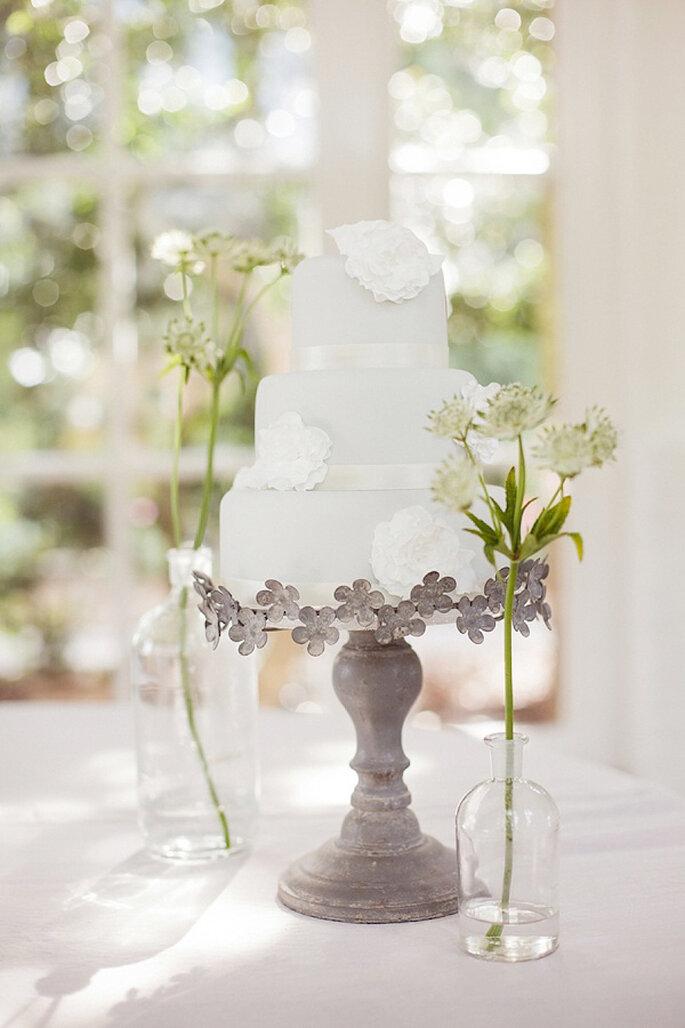 Schlichte Hochzeitstorte für Ihre minimalistische Hochzeitsfeier - Foto Sarah Gawler