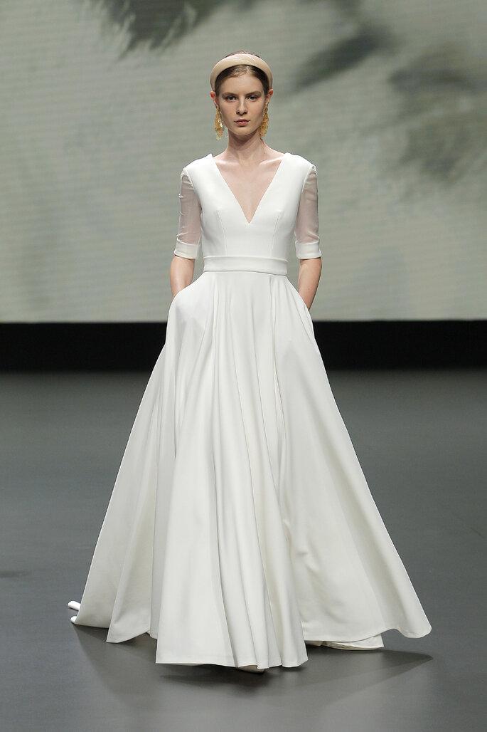Colección Vestido de Novias 2021 Jesús Peiró vestido de novia en corte A con mangas 3/4 con transparencia, escote en V profundo y bolsillos