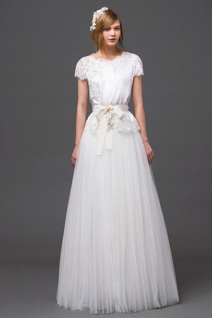 Vestido de novia con silueta simple, mangas cortas, falda de tul y lazo al frente - Foto Alberta Ferretti