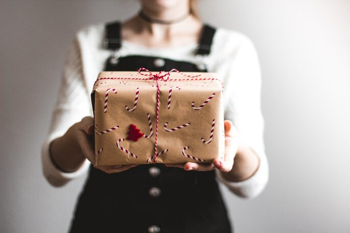 Weihnachtsgeschenk überreichen