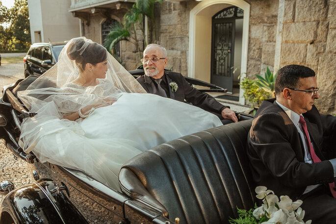 noiva chegando ao casamento
