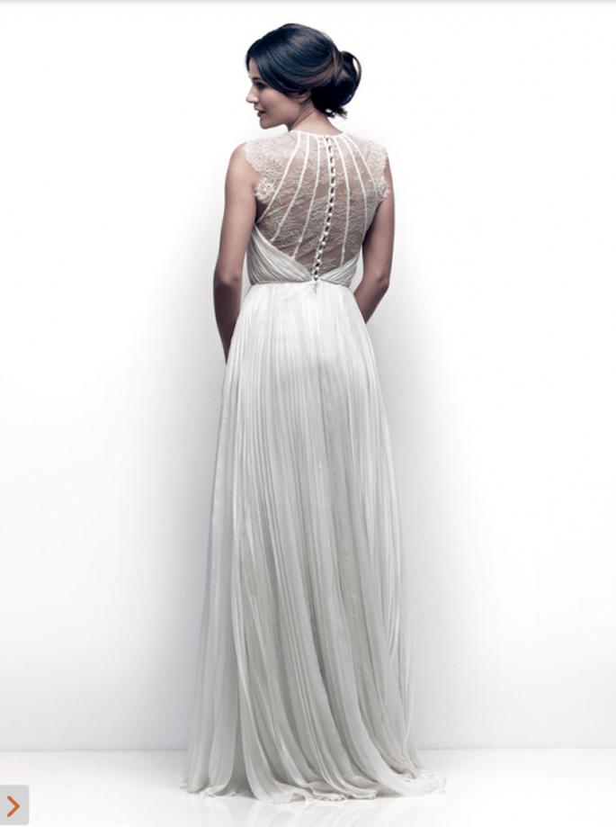 Vestido de novia con marco en la espalda lleno de apliqués para boda en verano - Foto Catherine Deane