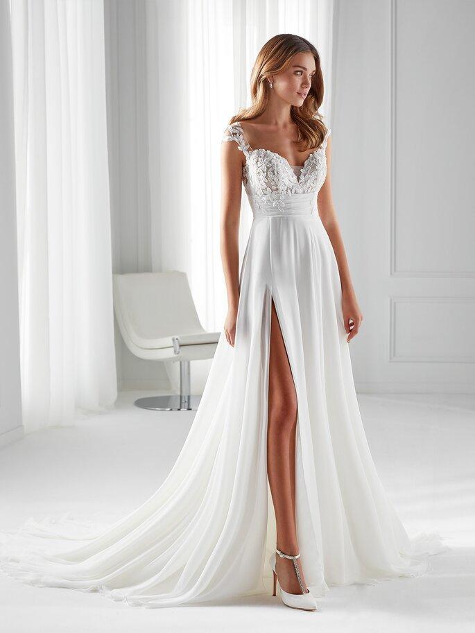 Vestido de novia corte imperoo con escote de corazón, tirantes con pedrería y falda con abertura por la pierna
