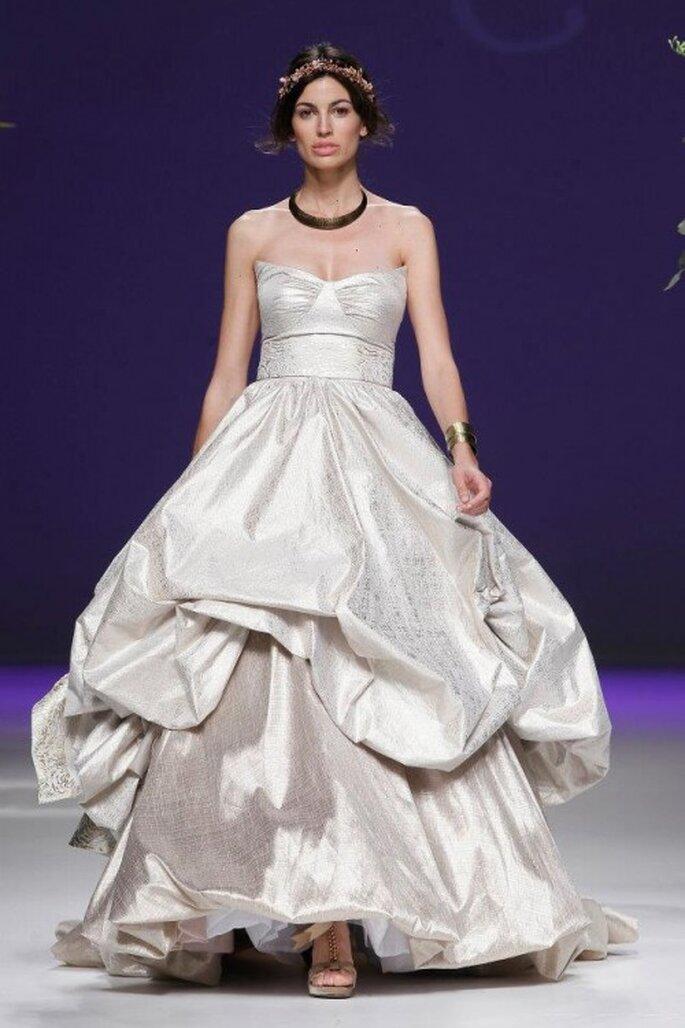 Vestido de novia 2013 con escote corazón y volumen en la falda - Foto Carla Ruiz Facebook