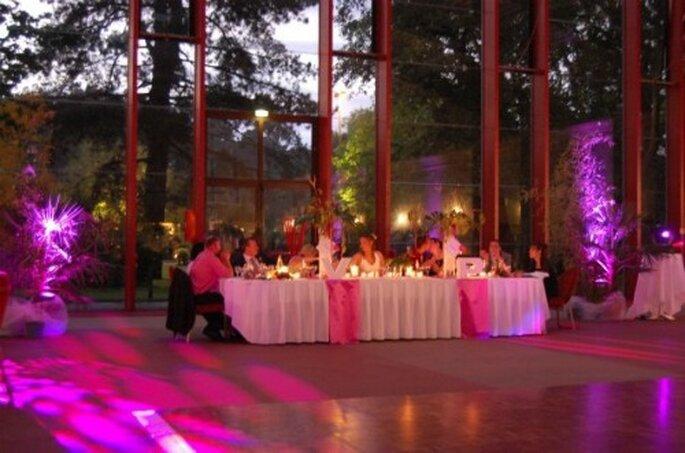 Eléments décoratifs lumineux : rien de tel pour décorer la salle de réception de votre mariage - Photo : MS AND JO