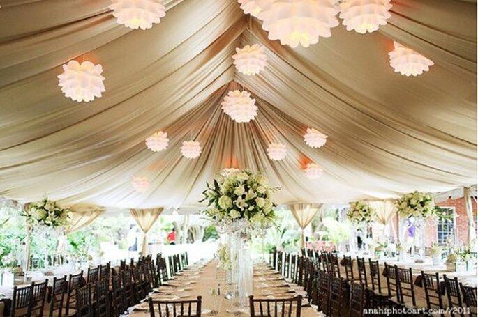 Tendencia en centros de mesa altos para boda. Fotografía Anahí Navaro