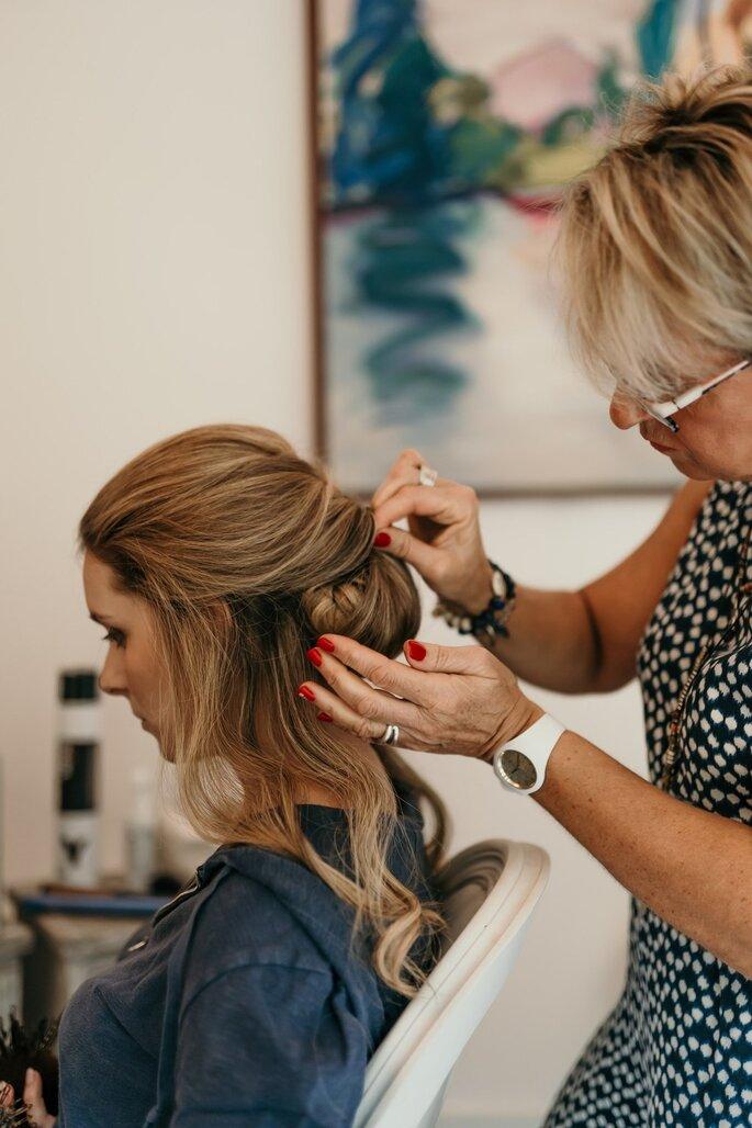 Anne a choisi un chignon traditionnel pour sa coiffure de mariée
