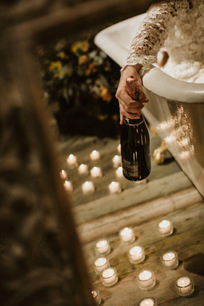 braut hat champagnerflasche in der hand