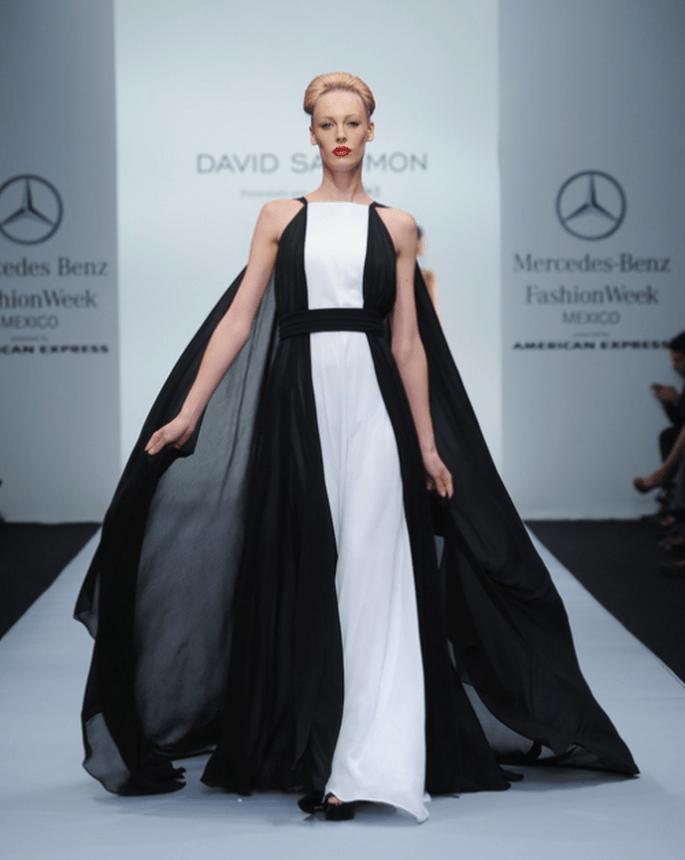 Vestido de fiesta largo con capa en color negro y franja color blanco en el centro - Foto Mercedes Benz Fashion Week México