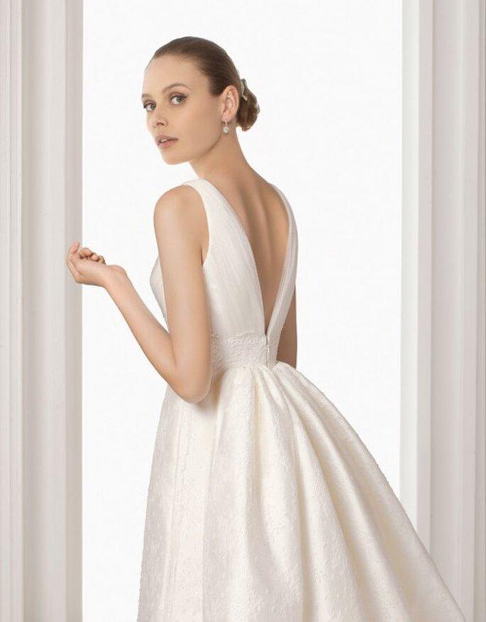 Sencillos encantadores detalles del escote con espalda descubierta en vestidos Rosa Clará 2012