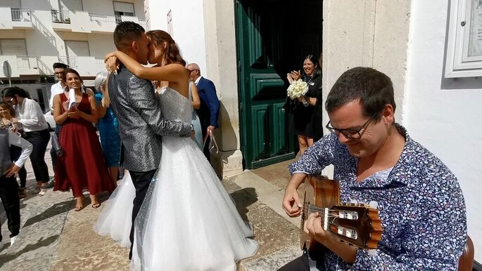 Wedding Guitar à porta da igreja