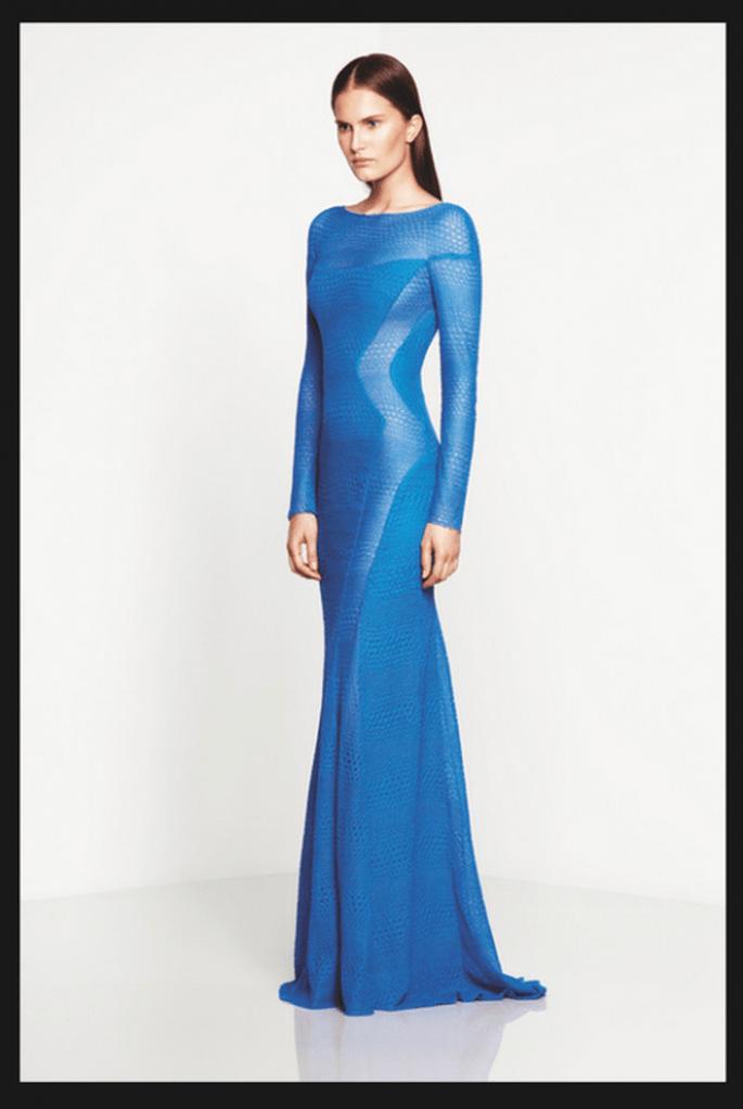 Vestido de fiesta largo en color azul con mangas largas y cut offs a los costados con transparencias - Foto Monique Lhuillier