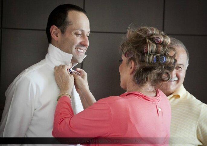Madre ayudando al novio a vestirse. Foto de Andrea Paccini