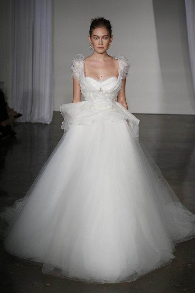 Vestido de novia corte princesa con volumen en la falda y mangas cortas - Foto Marchesa