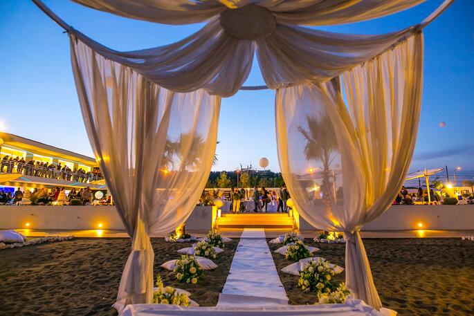 Kora Events - scenografia della cerimonia nuziale in spiaggia
