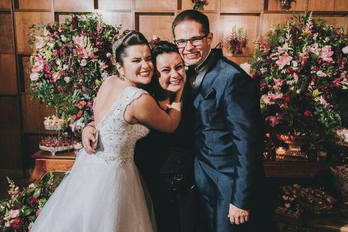 A cerimonialista Fabiola Cataldo com os noivos