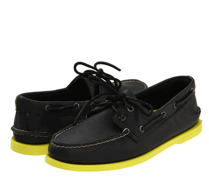 Sperry Top Sider nere, suola giallo fluo. Foto: Zappos.com