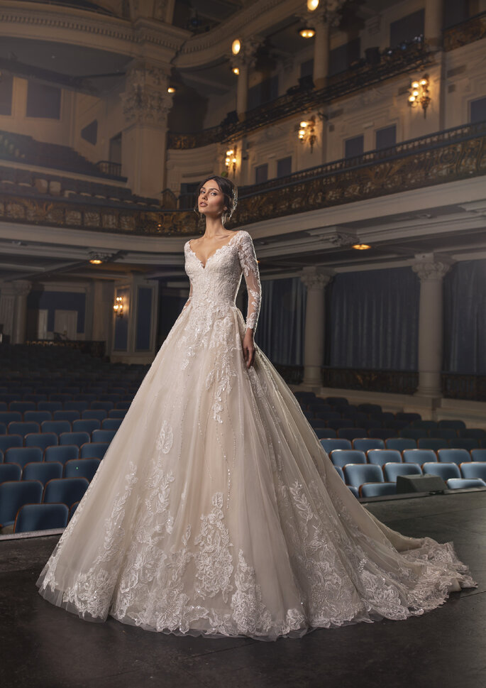 Vestido de noiva de manga comprida, corte em V à frente e nas costas, bordado | Modelo Crawford da coleção Pronovias Privée 2021