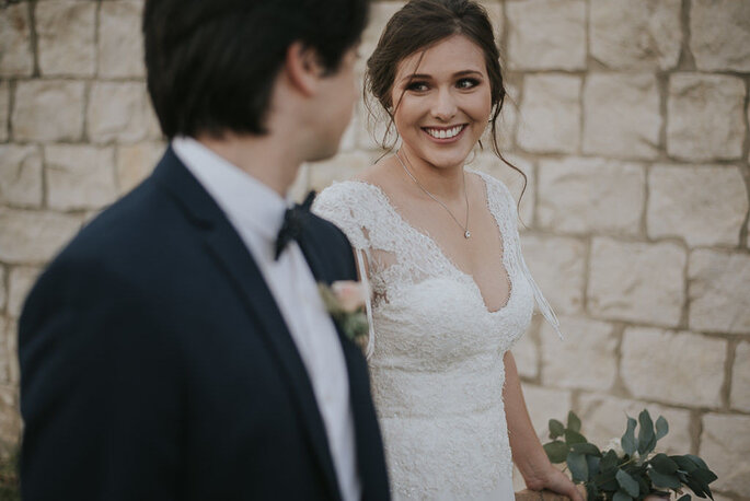 Novia mira a su esposo mientras caminan juntos