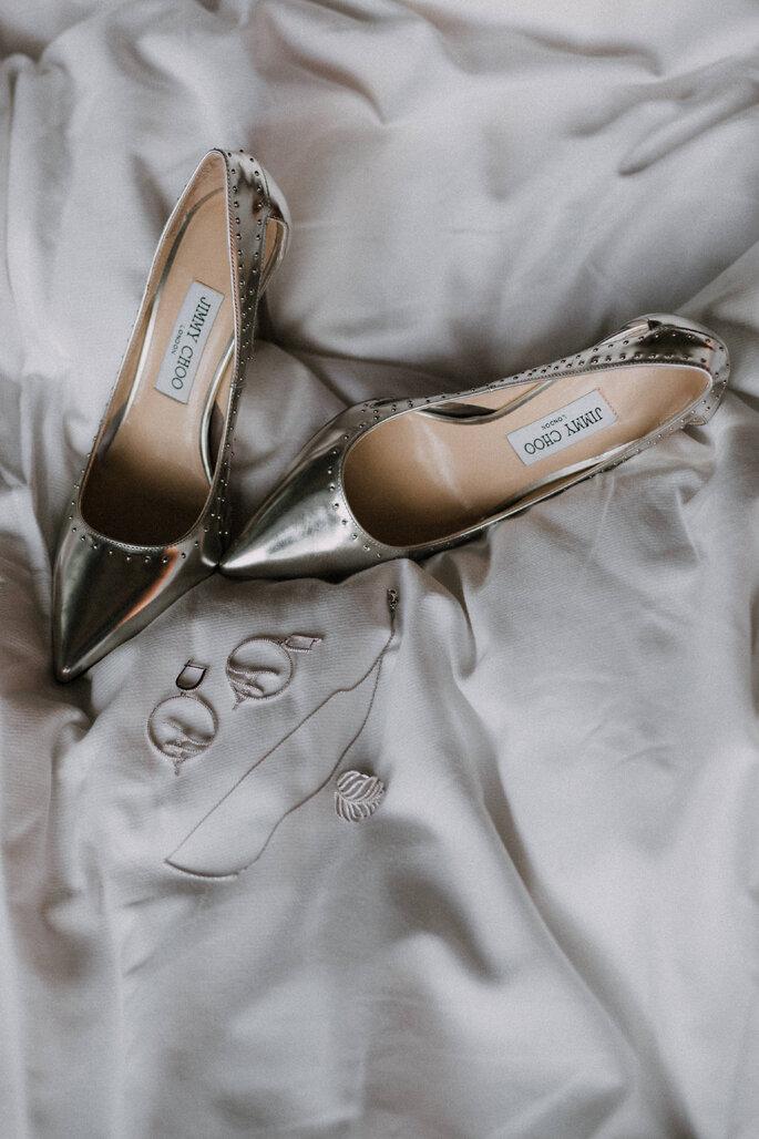 Die Hochzeitsschuhe von Jimmy Choo liegen auf dem Bett.