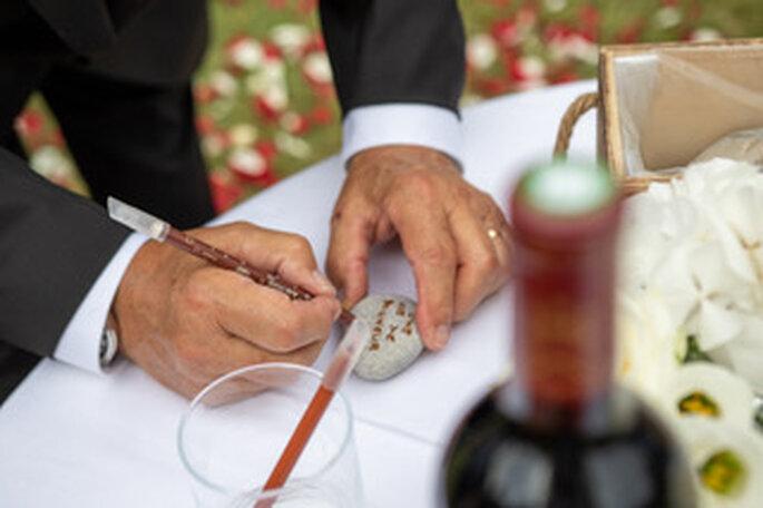 Rituel pour une cérémonie laïque : les invités laissent des messages aux mariés sur des pierres