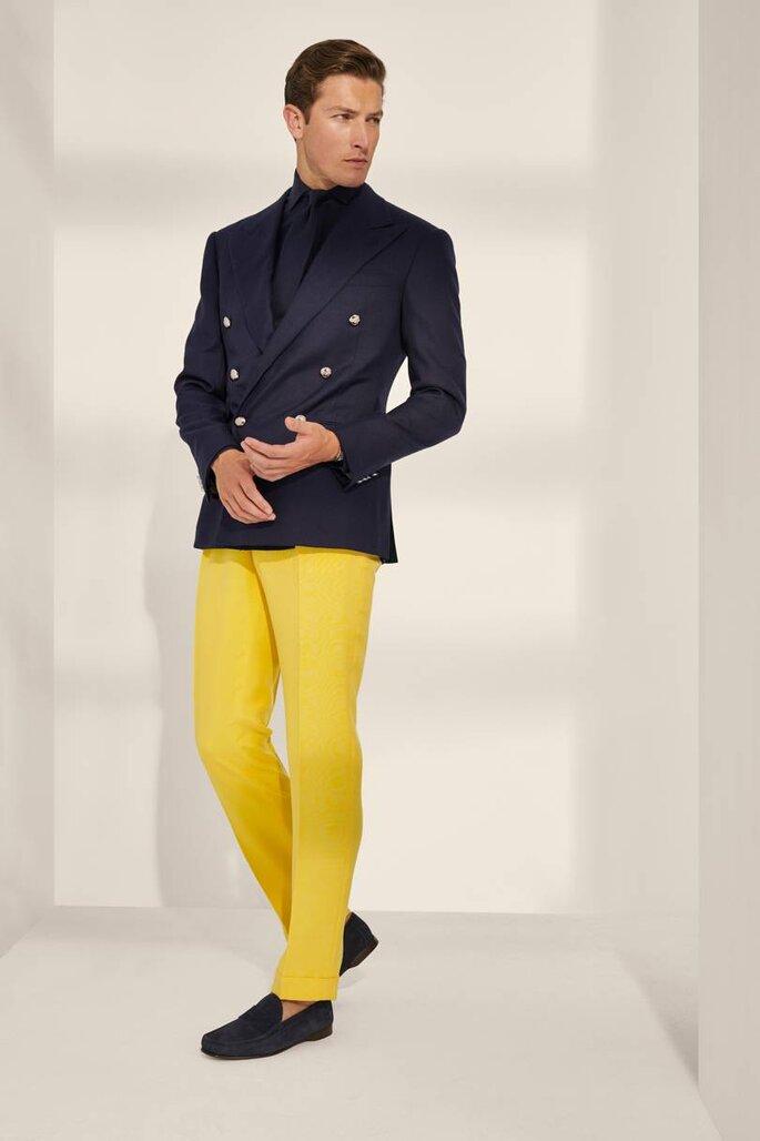 Fato de noivo moderno: casaco cruzado com calças amarelas