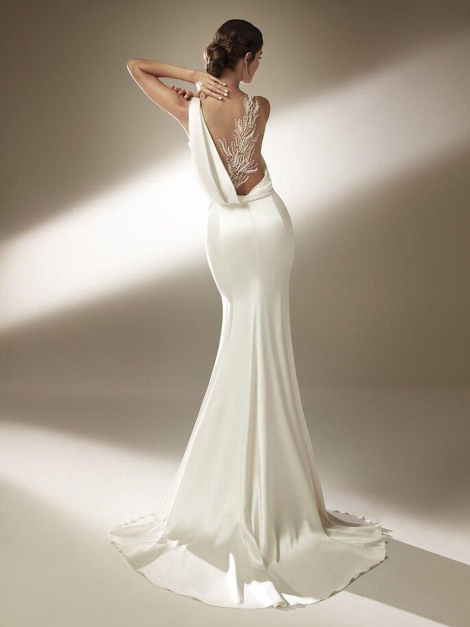 Vestido de novia con escote efecto tattoo en la espalda y detalles con diseño de plumas