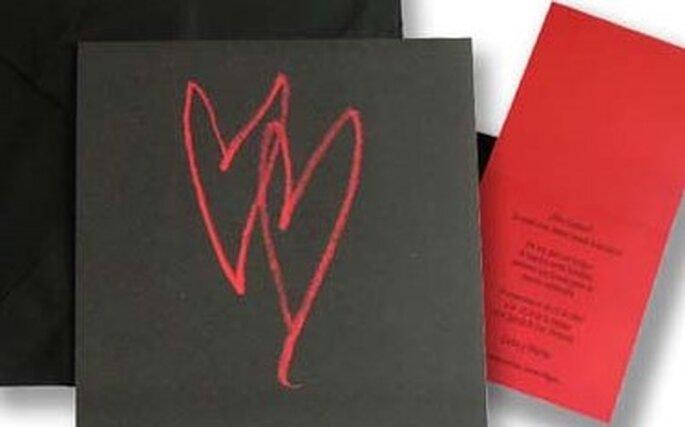 Invitación sencilla y original que combina el negro con corazones en rojo para la portada