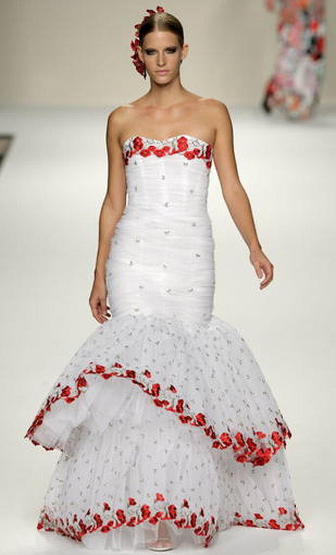 Vestido strapless largo con silueta al cuerpo y volante estilo flamenco con detalles en rojo