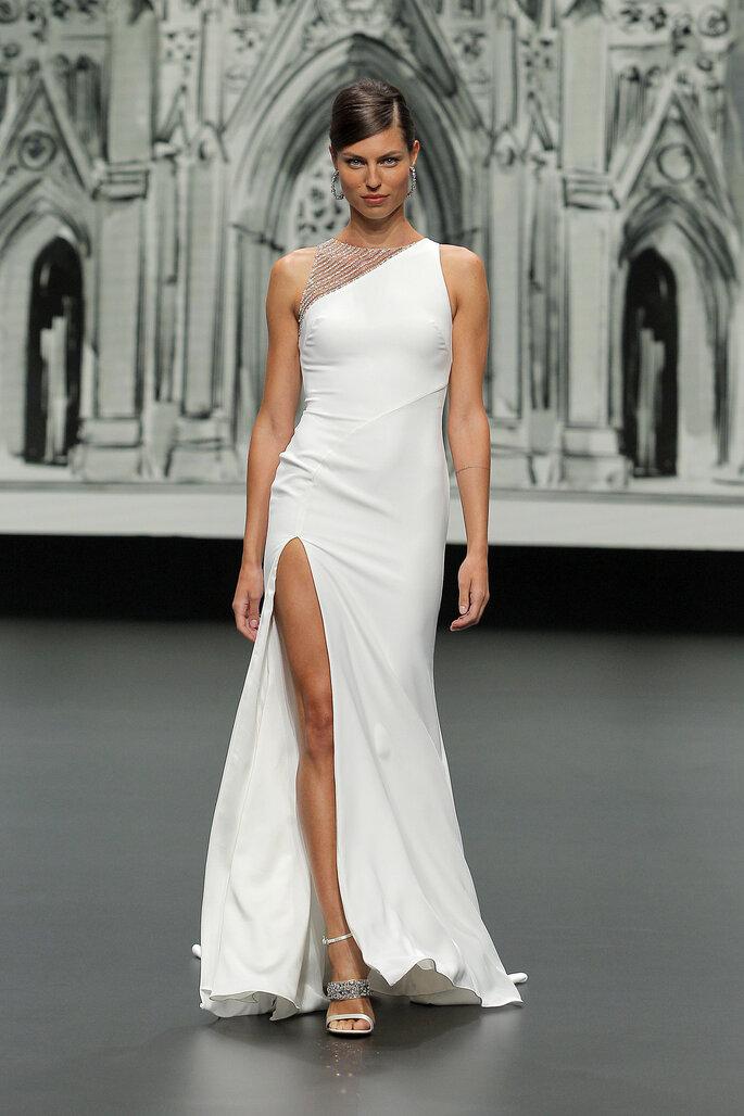 Barcelona Bridal Fashion Week St Patrick vestido de novia vestido entallado con un solo hombro con ilusión, y falda con apertura hasta el muslo
