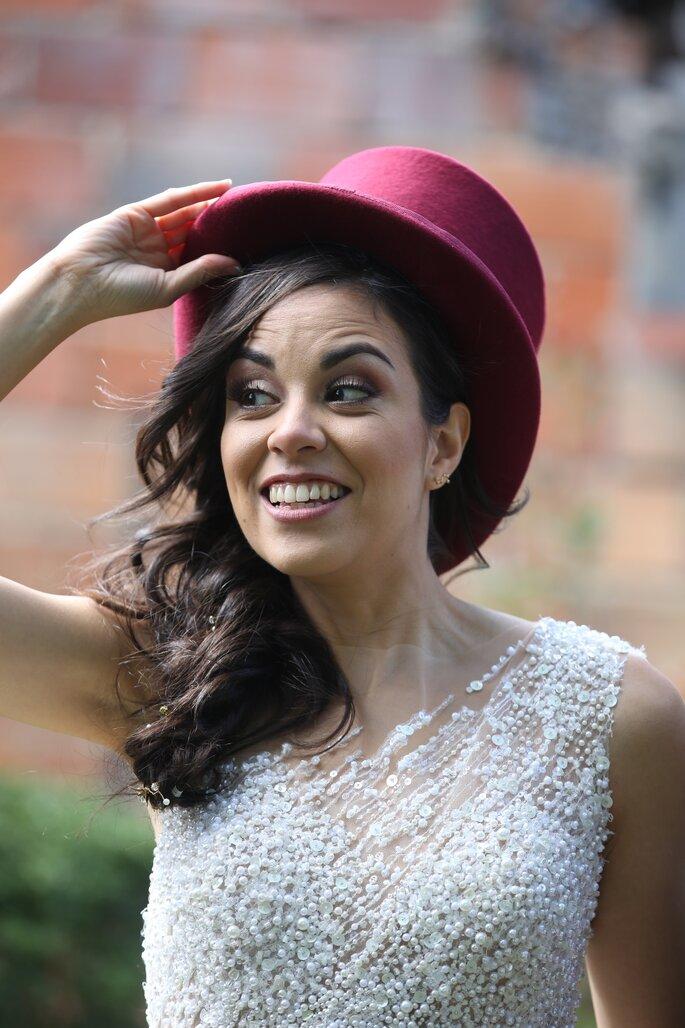 Photographie portrait de la mariée avec un chapeau bordeaux