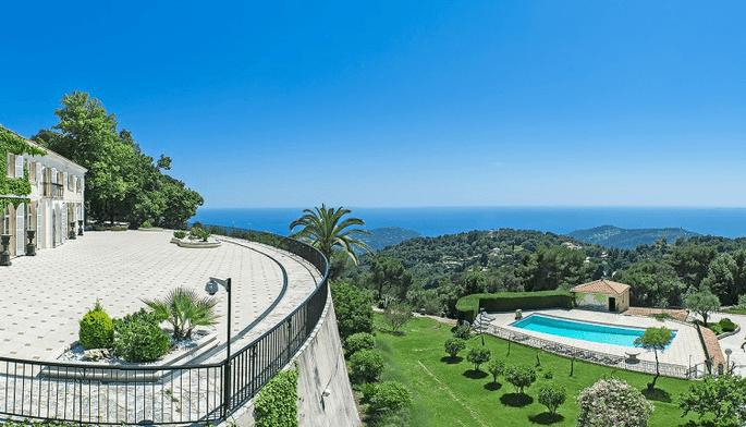 Château du Mont Leuze - la vue incroyable qu'offre la terrasse sur la mer et la piscine