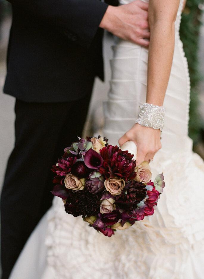 Un ramo de novia perfecto con coloes intensos - Foto Carmen Santorelli Photography